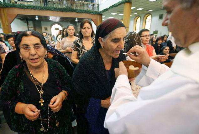 Iraqi Christians receive communion